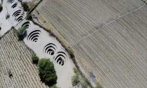 Những hố xoắn ốc kỳ lạ trên sa mạc Peru