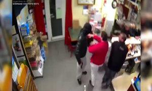 Người phụ nữ tay không đánh tên cướp cầm súng