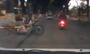 Đi xe đạp vượt đèn đỏ, người đàn ông ngã lăn ra đường