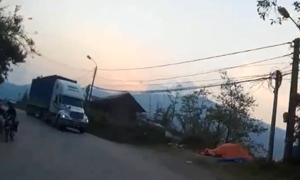 Ôtô suýt đấu đầu với container vào cua nguy hiểm