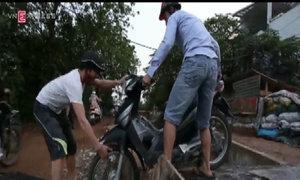 Dân bắc cầu, lội bùn để né đường tắc ở Hà Nội
