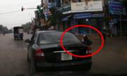 Xe máy vượt đèn đỏ bị ôtô tông ngã xoay tròn