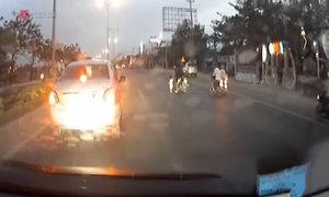 Bé gái hồn nhiên chạy giữa đường đầy ôtô ở Vũng Tàu