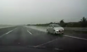 Ôtô phóng nhanh ngược chiều trên cao tốc hiện đại nhất Việt Nam