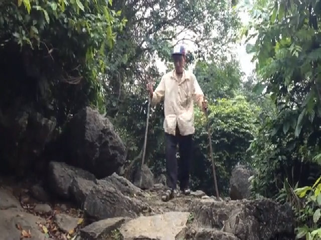 Người đàn ông tật nguyền hơn 30 năm leo núi trông mộ vua Đinh