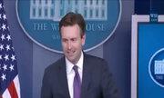 Tiếng động lạ làm gián đoạn buổi họp báo của Nhà Trắng