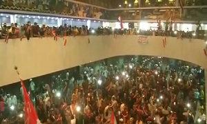 Hàng trăm người xông vào nhà Quốc hội Iraq