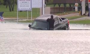 Bán tải vượt nước lũ tại Mỹ