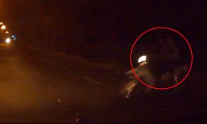 Ôtô hất tung đôi nam nữ chạy xe máy qua đường kiểu 'tự sát'