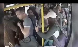 'Yêu râu xanh' bị nhóm phụ nữ đánh hội đồng trên xe buýt