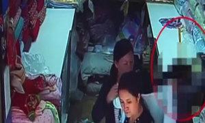 Dàn cảnh để bé gái 6 tuổi lấy trộm iPhone
