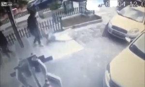 Ôtô cuốn tấm thảm khiến người phụ nữ ngã nhào