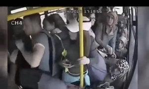 Yêu râu xanh bị các cô gái đánh hội đồng trên xe buýt