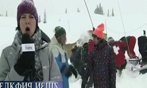 Hai người đàn khiếp đảm khi nữ phóng viên biến hình