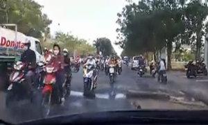 Hàng trăm người đi xe máy ngược chiều