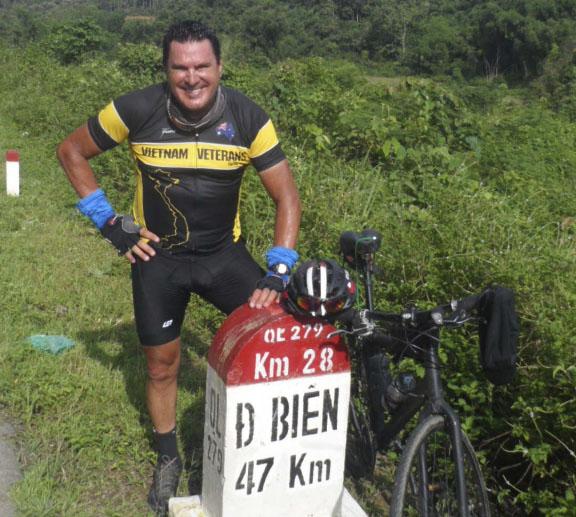 Cựu binh Australia bắt đầu đạp xe dài 10.000 km từ Việt Nam