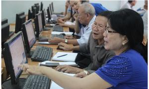 Người già học Internet ở Sài Gòn