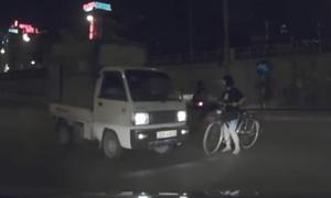 Xe đạp qua đường mong manh trước đầu xe tải