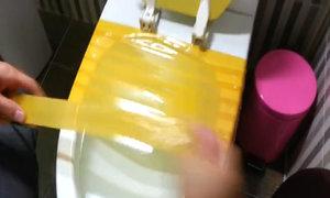 Thông tắc bồn cầu nhanh nhờ băng dính
