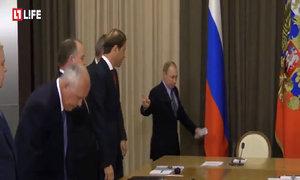 Putin nhắc phó thủ tướng Nga chỉnh cà vạt