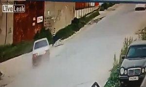 Cậu bé Nga thoát chết trong gang tấc