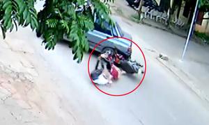 Hai thanh niên lao xe máy vào gầm ôtô quay đầu