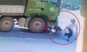 Hai người thoát chết khó tin dù bị ôtô tải cuốn vào gầm