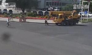 Cần cẩu húc văng xe đạp
