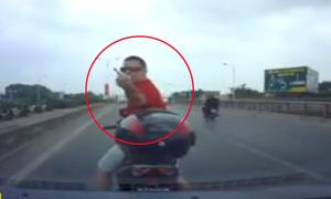 Ông Tây lái xe máy chặn đầu 'dằn mặt' tài xế ôtô