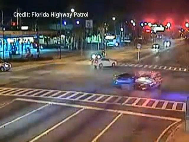 Rượt đuổi trên xa lộ, cảnh sát Mỹ gây tai nạn kinh hoàng