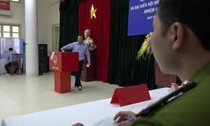 Can phạm xúc động bỏ phiếu ở trại tạm giam