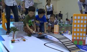 Trẻ nhỏ hào hứng sáng tạo Robot