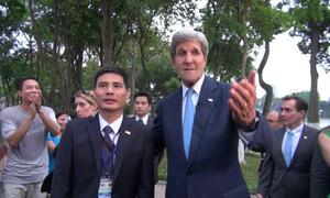 Ngoại trưởng Mỹ John Kerry trò chuyện vui vẻ với người dân