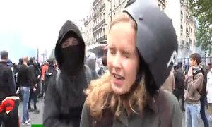 Nữ phóng viên đang lên hình bị đánh lật mũ bảo hiểm
