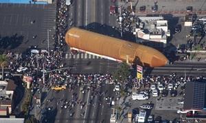 Bình nhiên liệu nặng 30 tấn diễu phố Los Angeles