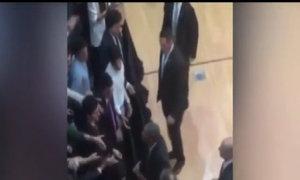 Lần Obama tháo nhẫn cưới bắt tay người dân Argentina