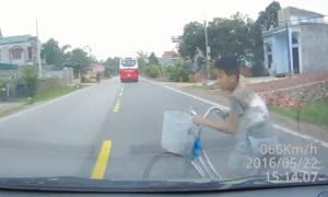 Ôtô chạy gần 70km/h đâm trúng bé trai đạp xe sang đường