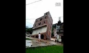 Nhà 3 tầng bật móng đổ sụp sau mưa lớn ở Trung Quốc