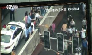 Trèo lên cột đèn giao thông làm náo loạn đường phố