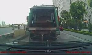 Xe rác lùi ẩu suýt đè ôtô phía sau