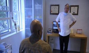 Bệnh nhân ngơ ngác trước hành động kì lạ của bác sĩ
