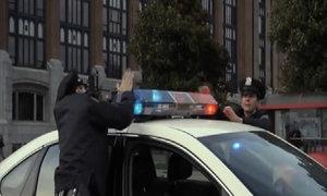 Khu phố náo động vì tiếng còi cảnh sát