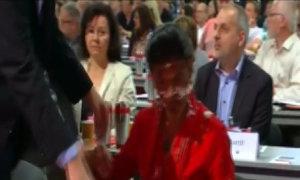 Nữ nghị sĩ Đức bị ném bánh vào mặt