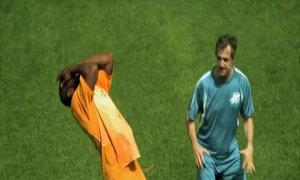 Trọng tài bất lực trước màn ăn vạ 'bá đạo' nhất trong bóng đá