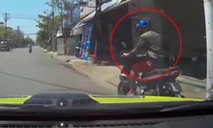Ôtô truy đuổi xe máy sau va chạm