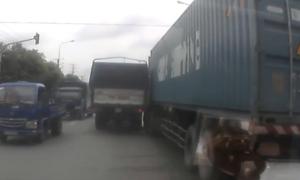 Xe tải chạy giữa đường chèn ép container