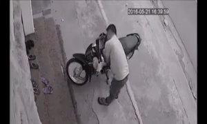 5 cô gái hoảng hốt lao ra khi thấy trộm xe máy