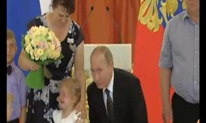 Không dỗ được bé gái đang khóc, Putin lấy tay che mặt