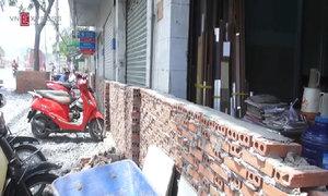 Xây tường vây nhà dân để làm đường chống ngập