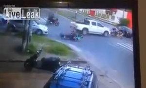 Tránh xe phía trước làm đổ xe phía sau